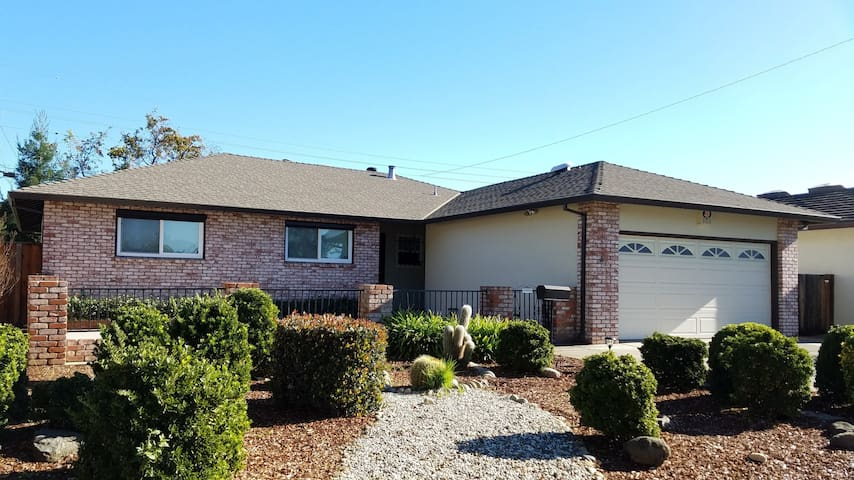 Cozy 4 Bedroom House in Sunnyvale - Sunnyvale - Casa
