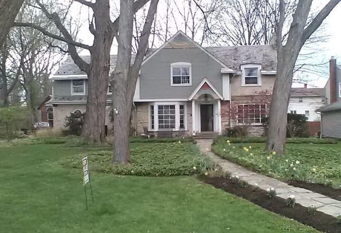 Classic Shaker Stone and Brick Guest Home - Kosher - University Heights - Huis