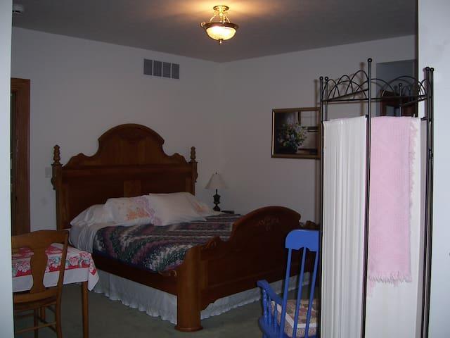Master Suite at Oak Haven B&B on 30 acres of woods - Nashville - Bed & Breakfast