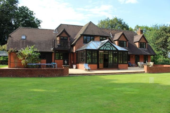 6 Bed, 5 acres, Private driveway, Gated, Secluded - Surrey - Casa