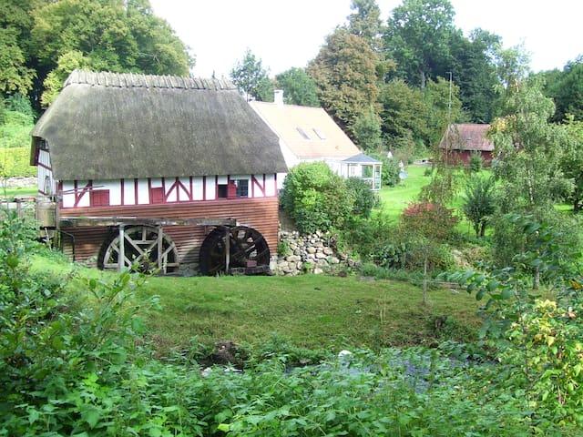 Old watermill by beautiful lake - Svendborg Municipality - 小木屋