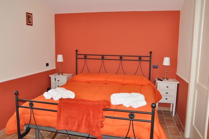 Stanza Privata Camera Arancione - Paternopoli - 家庭式旅館