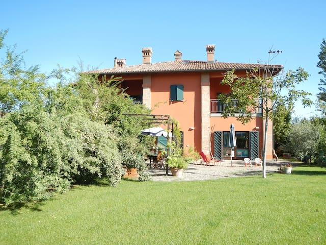 FARM HOUSE with garden and parking - Bologna - Huis
