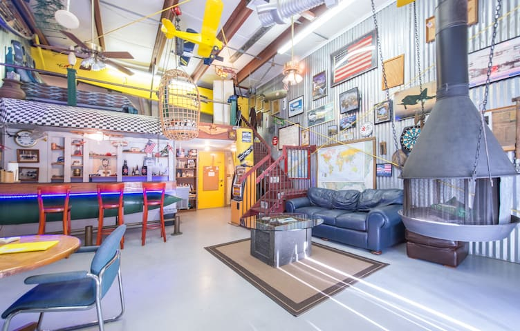 ManCave apartment/ airplane hangar. - Geneva - Appartement