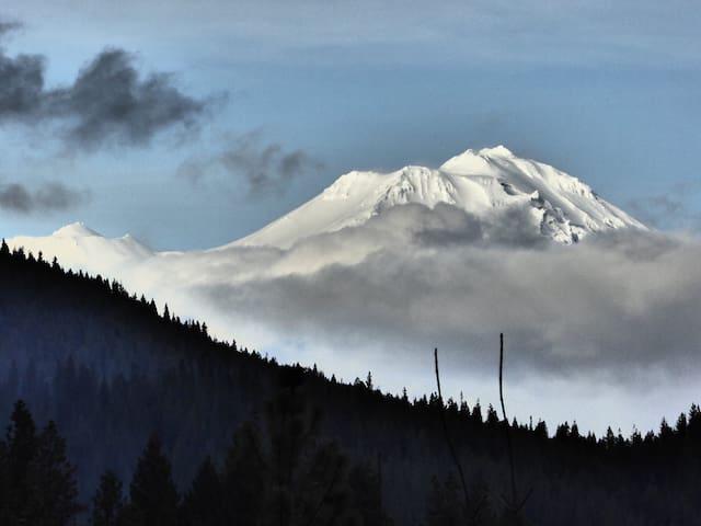 ShastaLight Personal Retreat Home - Mount Shasta