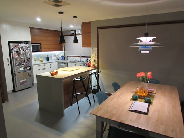 Funky townhouse in great location! - Phillip - Huis