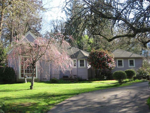 Pink House Private Suite: Cozy & Quiet - Corvallis - Hus