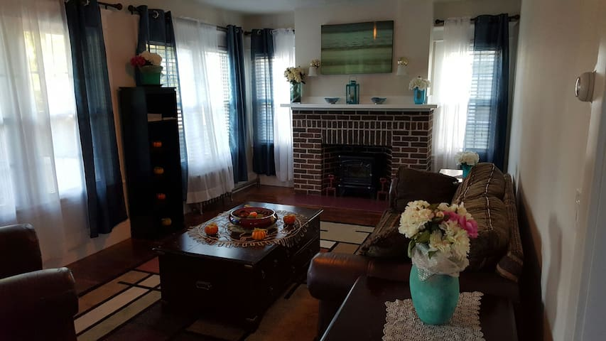 Newly Renovated Cozy 3BD  Spacious Bright Relaxing - Holyoke - Hus