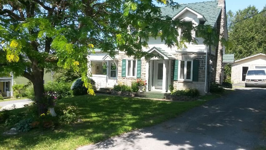 Charming cottage in Quebec's most beautiful town - Frelighsburg - 一軒家