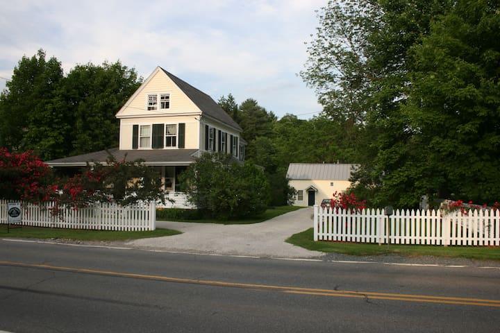 Charming Farmhouse - Williamstown