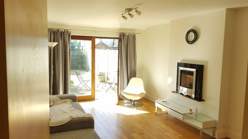 Bright room, Quiet residential area of Greystones - グレイストーンズ - 一軒家