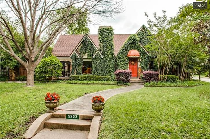 Private Suite in Whimsical M-Streets Tudor Home - Dallas - Dom