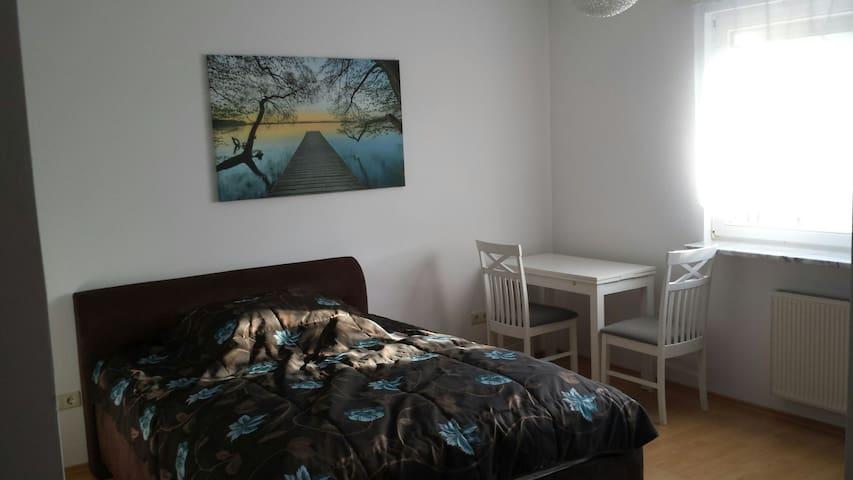 Schönes Zimmer in EFH mit Garten - Zossen - Huis