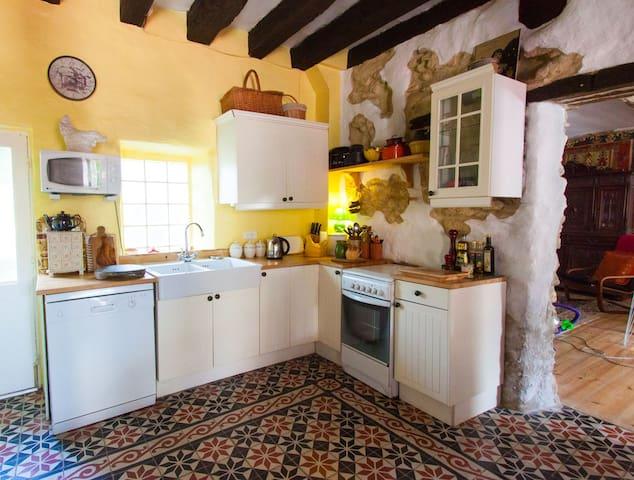 House in beautiful village, stunning countryside. - La Cassaigne - Casa