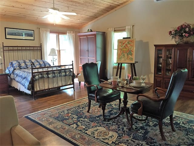 Private Spacious Suite Above The Grand River - Perry