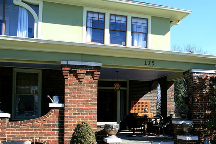 Marble Hill Inn: The Library - Knoxville - Bed & Breakfast