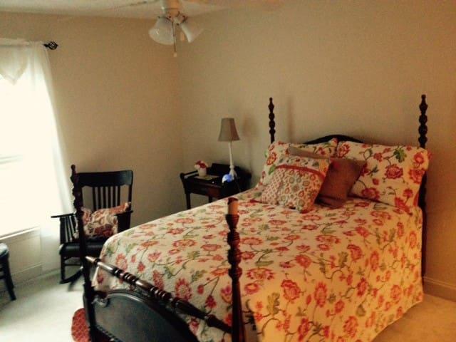 Clean & comfortable room w/private bath - Chester - Ev