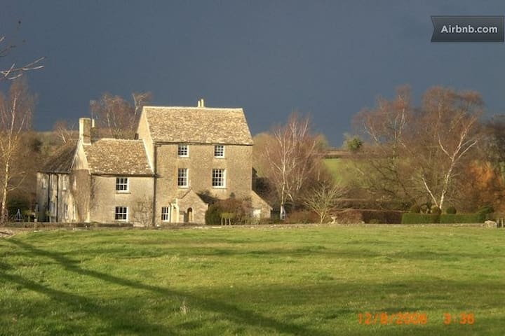 Twin w/shared bath.Farmhouse B&B - Nr Malmesbury - Bed & Breakfast