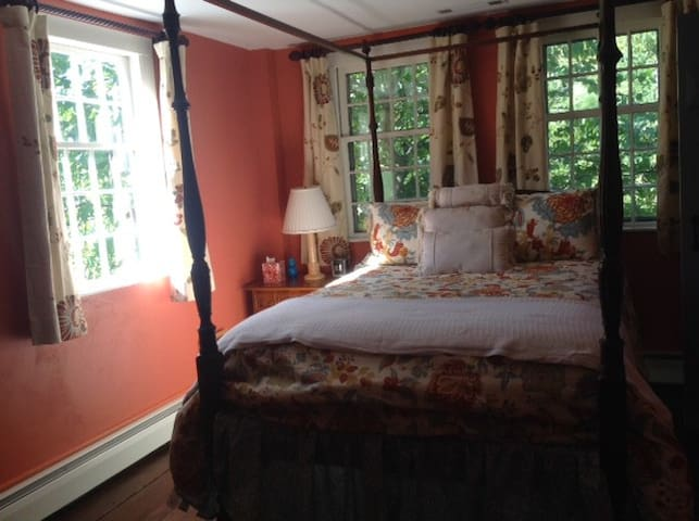 Private 18th c home  beautiful convenient setting - Woodbury - Gjestehus
