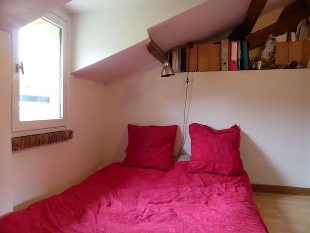 PETITE CHAMBRE CALME, VUE SUR LE JARDIN - Corbeil-Essonnes - Haus