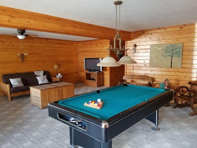 Cozy & bright cabin/chalet w/hot tub & billiards - Albrightsville - Дом