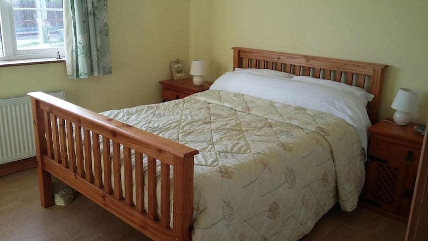 Double room in tranquil bungalow estate. - Fieries - Bungalov