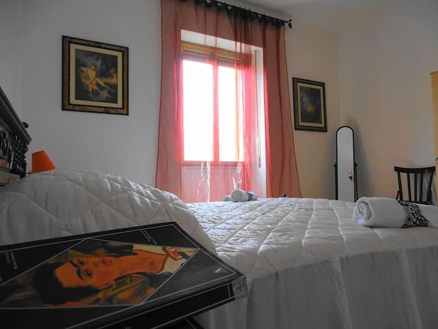 B&B Casa Frida: Camera matrimoniale Frida y Diego - Ploaghe - Bed & Breakfast