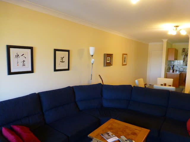 Close to the city, bed and bathroom - Wooloowin - Appartement