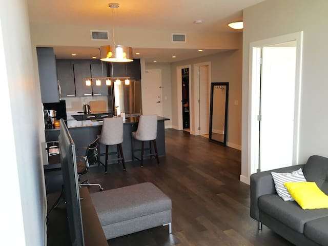 Modern Downtown Condo with Free Parking - Calgary