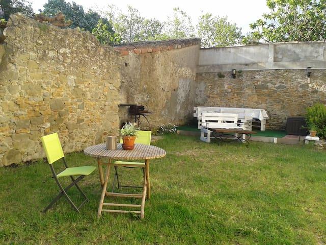 Maison ensoleillée avec jardin dans un village - Villesèquelande - Huis