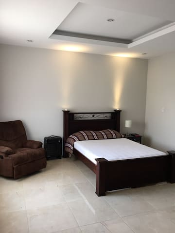 Private room-high speed internet-2 mi from airport - San José