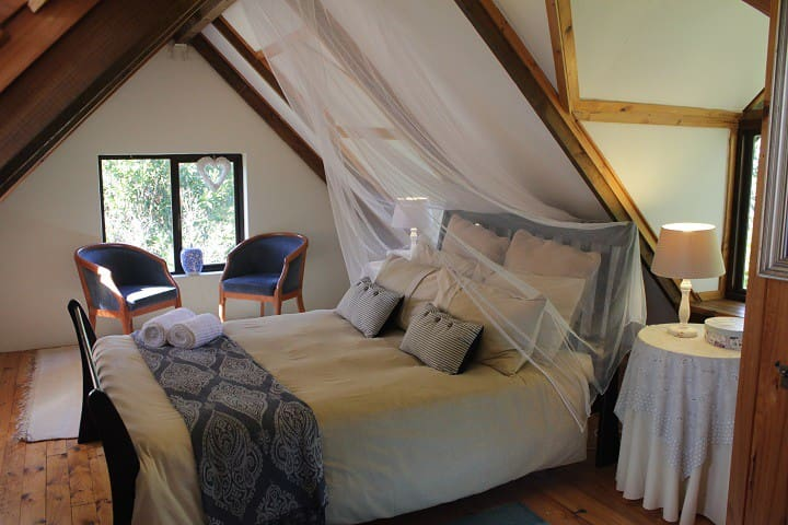 Fairy tale Cottage - lily pond & forest edge - Knysna