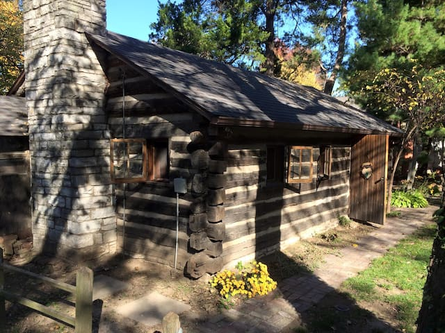 Cozy 1953 Countryside Log Cabin Minutes to STL - Waterloo - Cabane