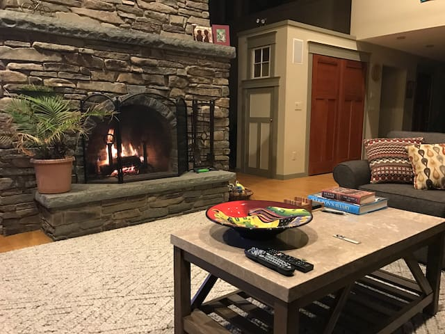 Exquisite 4-BR on Sawkill Creek, steps to Bard - Red Hook