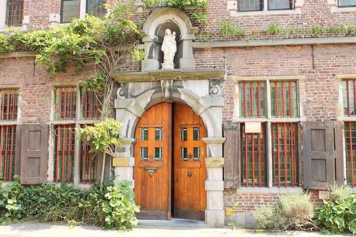 B&B Marie Reine in old Monastry - Ghent - 家庭式旅館