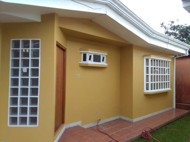 Convenient House in Orosi Downtown - Orosi - Huis
