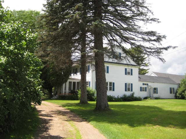 Two-hundred year old house not far from beach - Scarborough - Huis