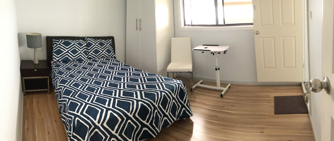 Large light-filled bedroom with ensuite - Killarney Vale - Casa