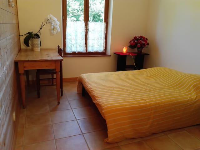 Chambre double, salle d'eau et wc privé. - Saint-Antoine-l'Abbaye - Huis