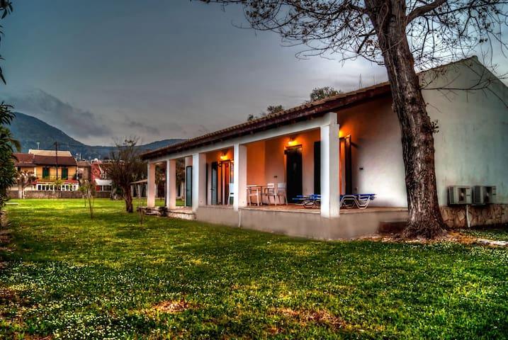 Messonghi 100m² Seaside Apartment - Mesoggi - Huis