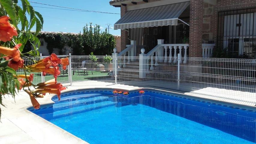 Casa bonita con piscina, junto a  Toledo - Burguillos de Toledo - Huis