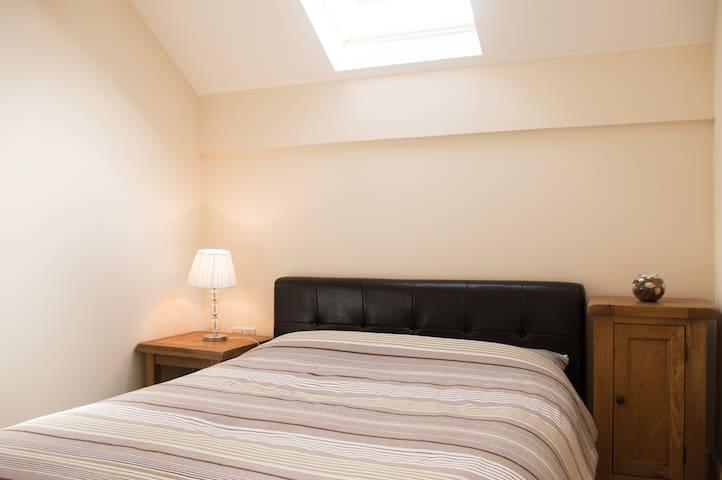 Modern loft bedroom, free parking, great location - Swindon
