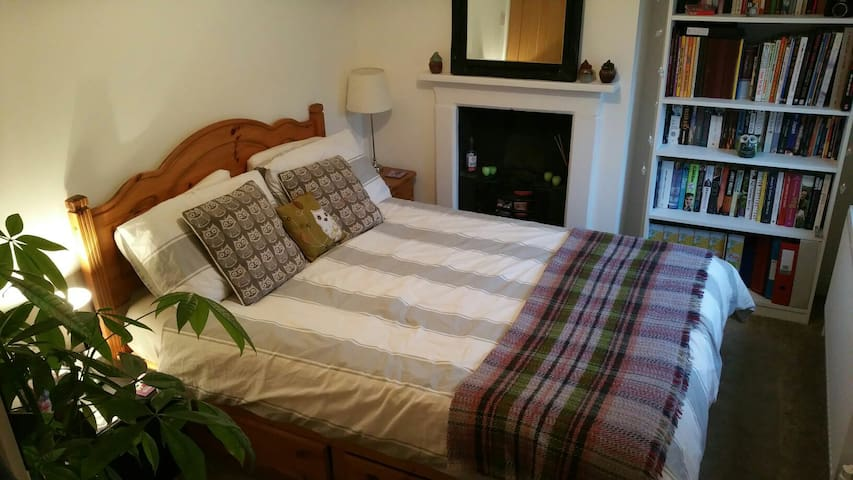 Cosy and welcoming bedroom - Warminster