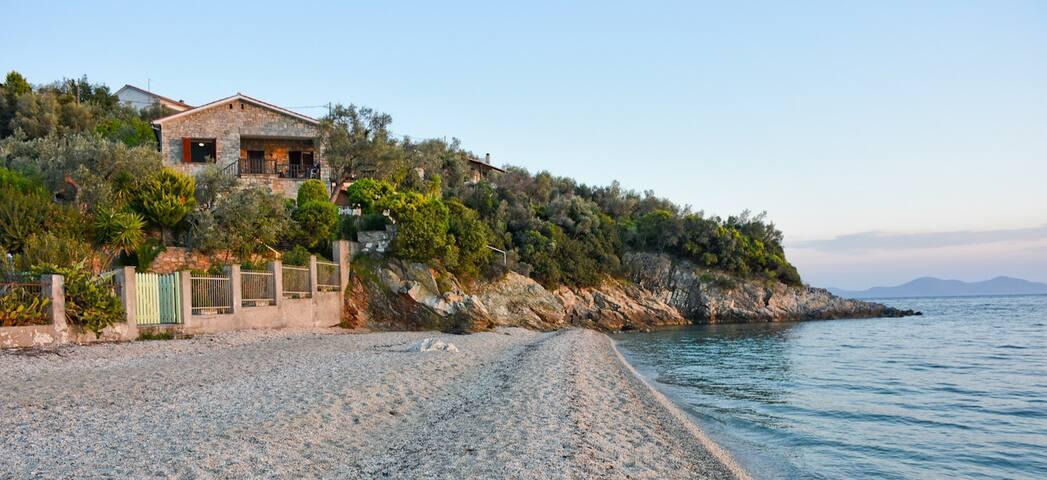 Stone-built beach villa built on a rock in Pelion - Afissos - Villa