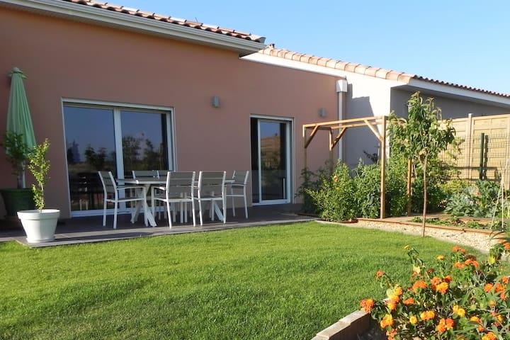 Maison familiale ouverte sur la campagne - Lespignan - Hus