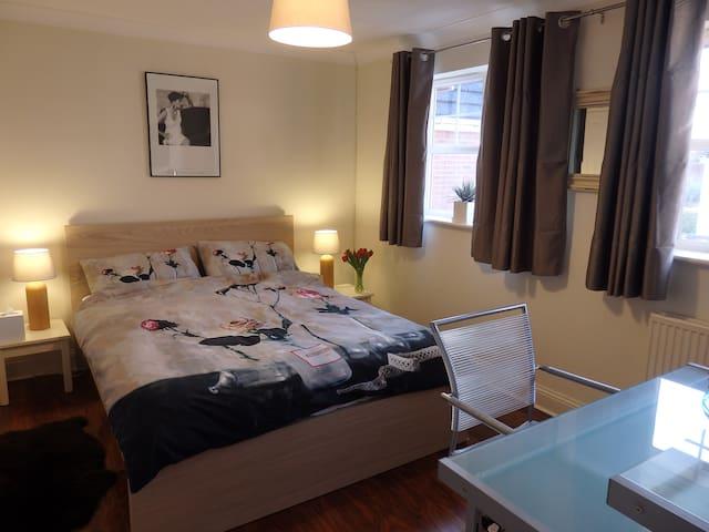 Double Room,Modern Home,Cheltenham. - Cheltenham  - 獨棟