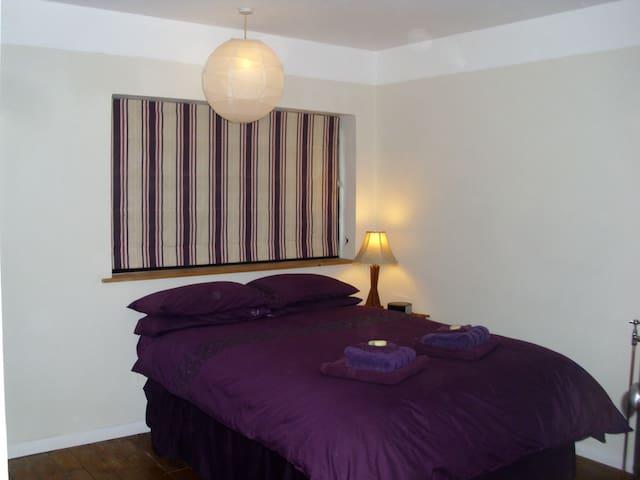 Generous en-suite double bedroom - Crich