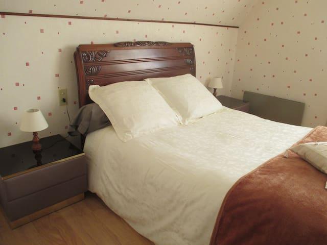 Très belle chambre double, avec vue sur le Lac - Castelnau-de-Mandailles - Hus