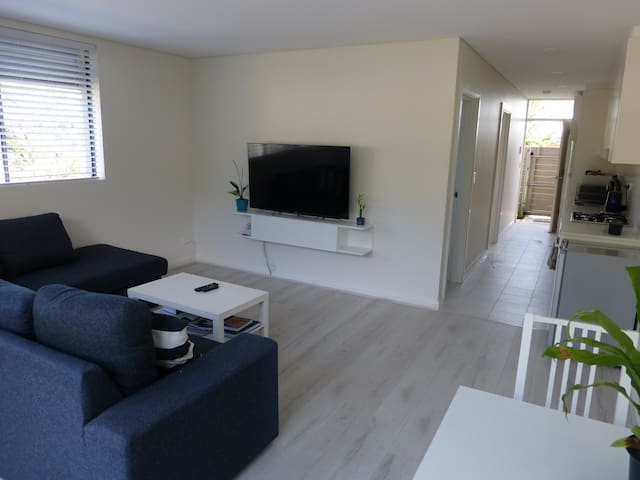 Light and Airy Ground Floor Apartment - Brookvale