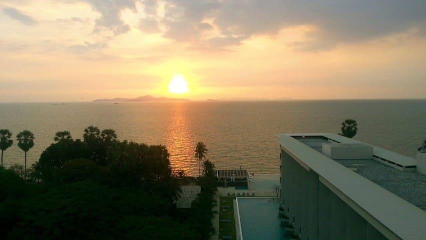 Beautiful Beachfront/Pool/Balcony/Seaview Condo! - Pattaya - Appartement